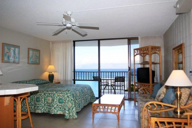 Living/sleeping area - Beachfront Condo  with stuning views - Lahaina - rentals