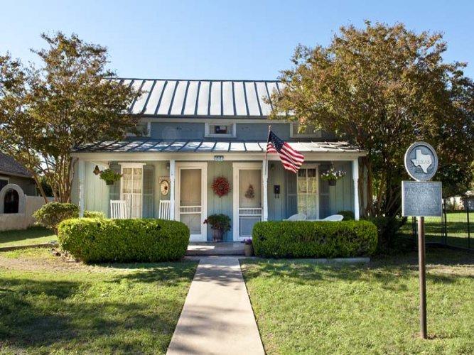 Blue Cottage - Image 1 - Fredericksburg - rentals