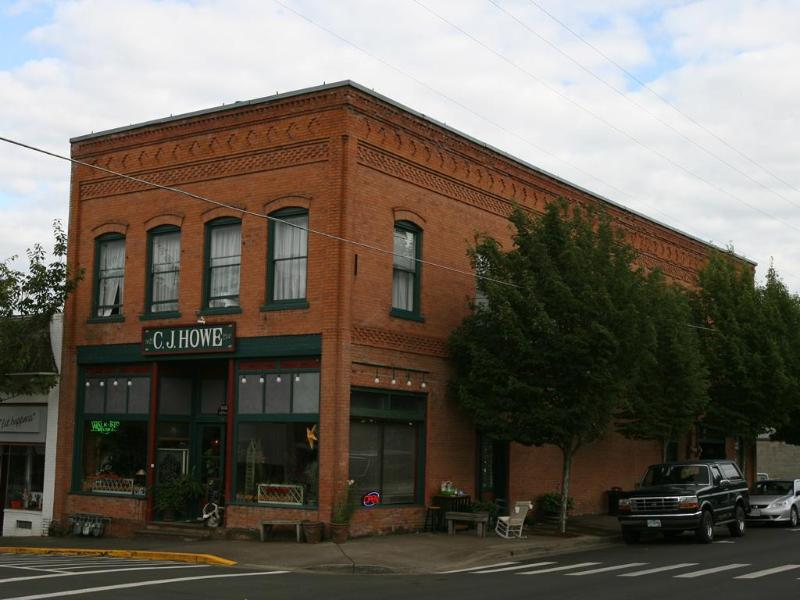 Historic C.J. Howe Building Vacation Rental, Brownsville Oregon - Book Christmas and New Year at the Loft! - Brownsville - rentals