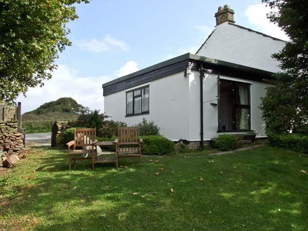 BRETTON MOUNT COTTAGE, pet friendly, country holiday cottage, with a garden in Eyam, Ref 10260 - Image 1 - Eyam - rentals