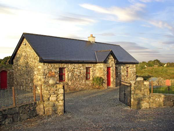 TIGH MHICIL THOMáIS, family friendly, character holiday cottage, with a garden in Cashel, County Galway, Ref 10259 - Image 1 - Cashel - rentals