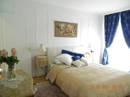 Bedroom with Window - Affordable Luxury Vacation Rental in the 8th District Elysees - Paris - rentals