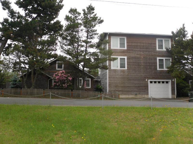 West front view - Super Beach House Getaway! - Seaside - rentals