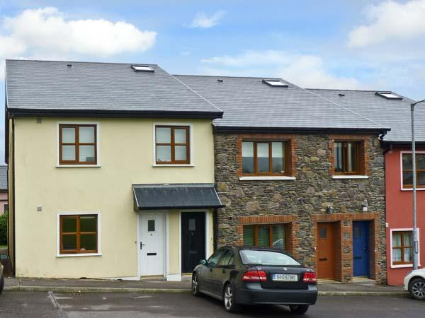 8 FAIRFIELD CLOSE, family friendly, country holiday cottage, with a garden in Dingle, County Kerry, Ref 10826 - Image 1 - Dingle - rentals