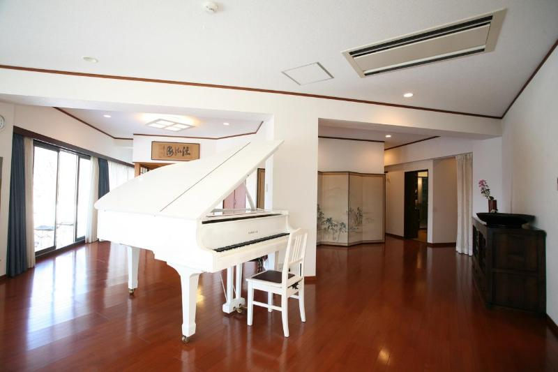 A wide living room with a lot of light and a magnificent piano - Terrazza House : a balcony overlooking Kyoto - Kyoto - rentals