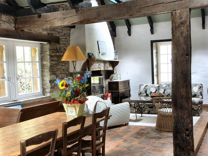 dining room/living room - Old stone house charm and all modern conveniences - Chateaulin - rentals