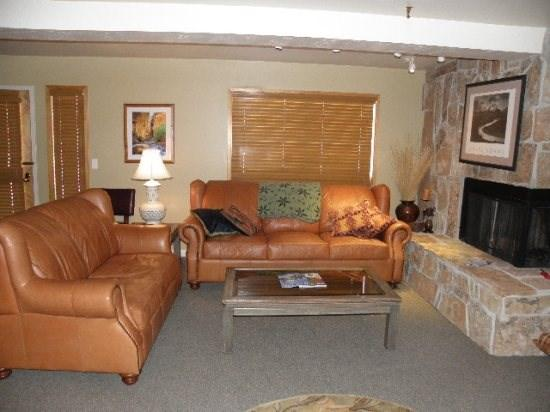 Living Room w/ Gas Fireplace and Sleeper Sofa - Fawngrove 1504-2 Bedroom Fawngrove, Close to Deer Valley, Right on Bus Line - Park City - rentals
