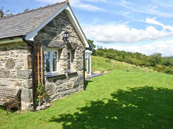 TY BACH, romantic, character holiday cottage, with a garden in Bala, Ref 10706 - Image 1 - Bala - rentals