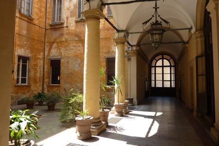 Entrance of the building - B&B A due passi - Bologna - rentals
