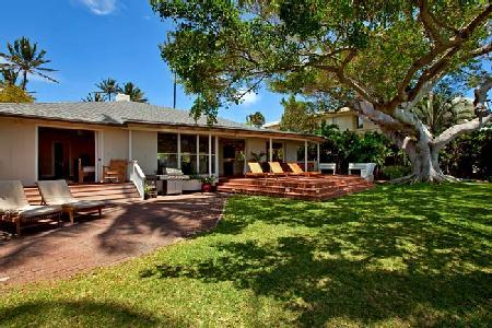 Beachfront Banyan Tree Beach Estate - Perfect for Large Groups, Groto Jacuzzi - Image 1 - Hawaii Kai - rentals