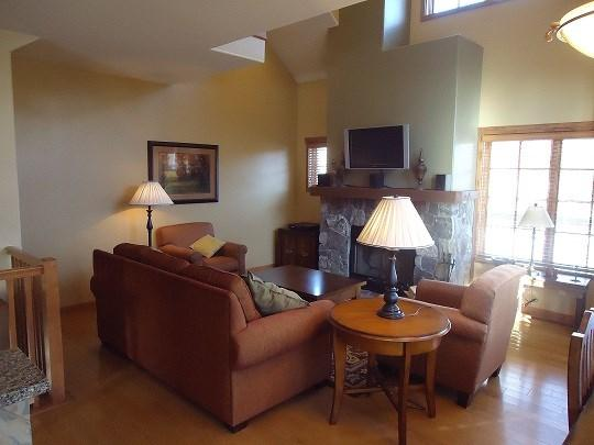 Wood burrning fireplace, flat screen TV/DVD and sleeper sofa in living room - Goldenbar 23 - Two bedroom, Three Bath Townhome. Sleeps 6. WIFI. Pet Friendly - Tamarack Resort - rentals