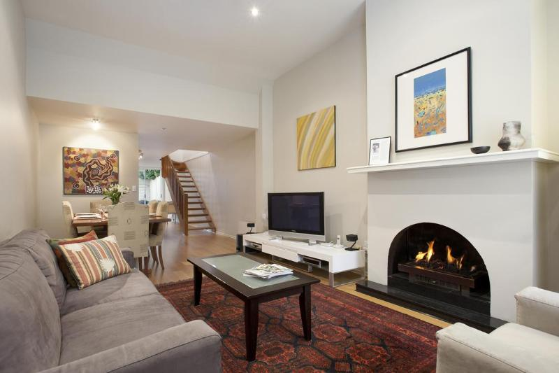 Relaxing lounge and cosy gas fire. Walls decorated with Australian Aboriginal art - Melbourne Boutique Cottages - Sweeny Cottage - Melbourne - rentals