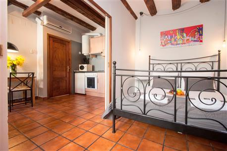 Plaza Real Apartment E - Image 1 - Barcelona - rentals