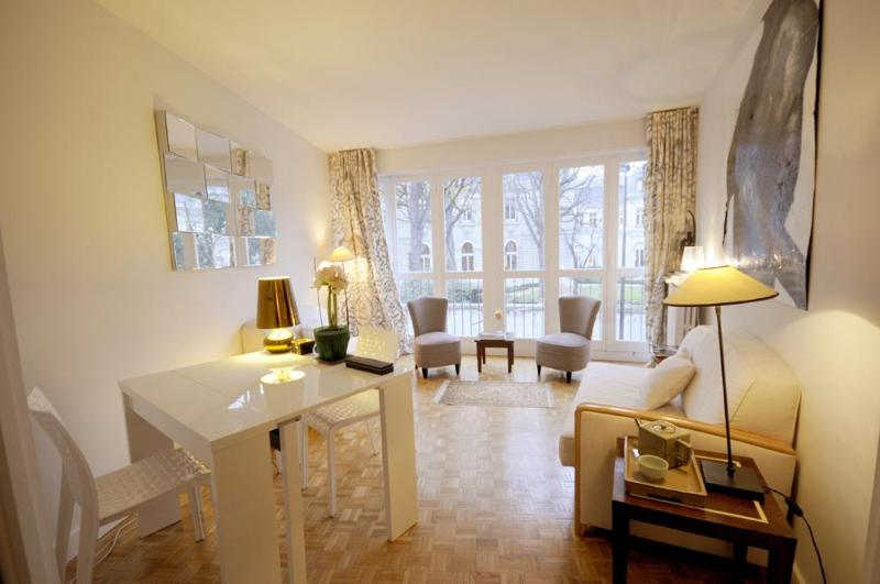 Living room with parquet floors - Elegant Vacation Rental Near Champs Elysees - Paris - rentals