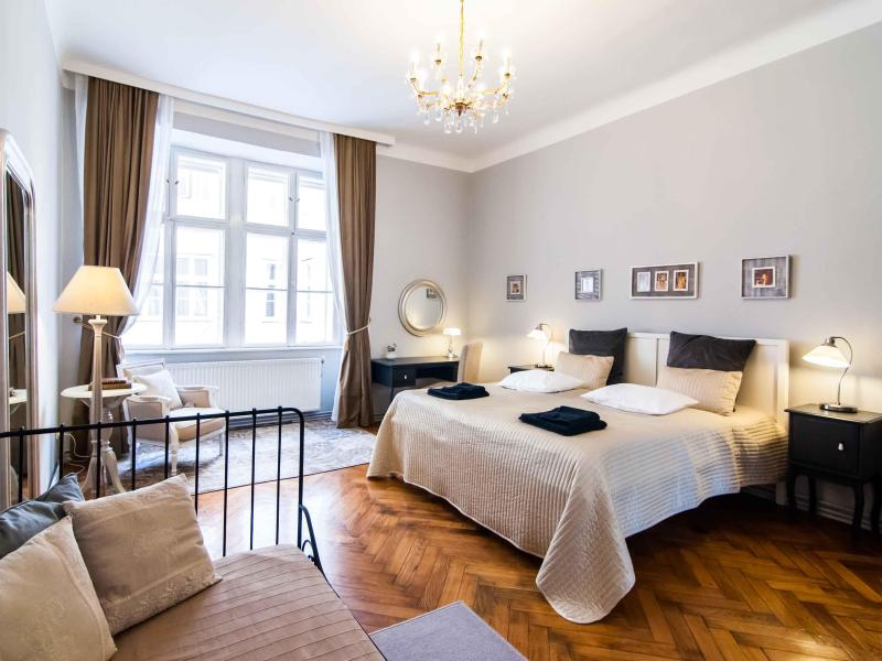 King size bed, boudoir and extra single bed in the Master bedroom - Sonata - Elegant 2-room flat next to Stephansplatz - Vienna - rentals