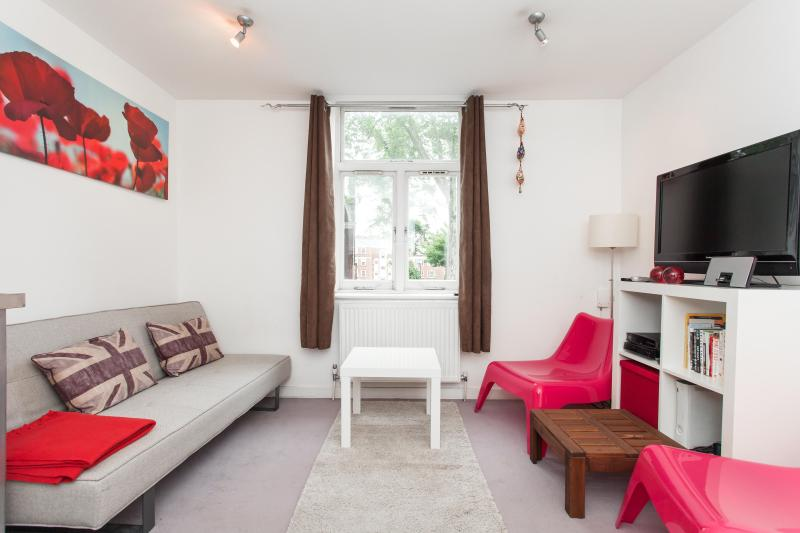 Living Room with entertainment system, cable tv - SPECIAL OFFER Smart 1 Bedroom flat London Sleeps 4 - London - rentals