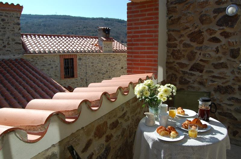 Breakfast on the terrace - Le Juchoir, self-catering townhouse near Perpignan - Cassagnes - rentals