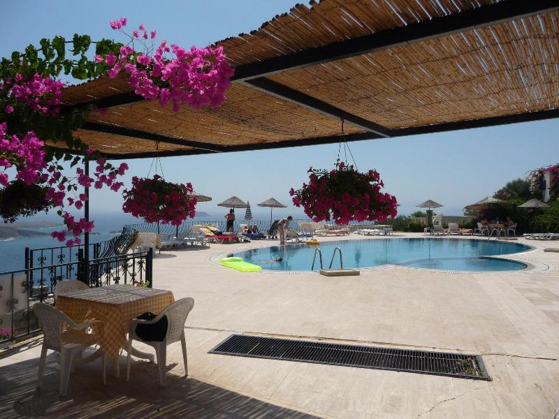 View of the shared pool (only 1 minute away) - Detached 3 Bedroomed Villa in Gümüslük, Bodrum - Bodrum Peninsula - rentals
