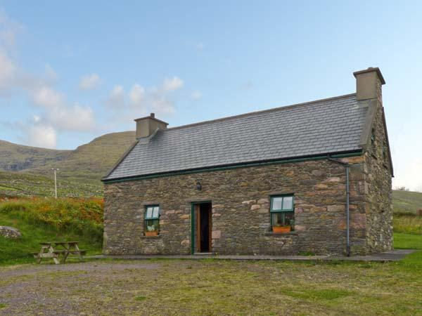 AN NEAD, pet friendly, character holiday cottage, with a garden in Dingle, County Kerry, Ref 9259 - Image 1 - Dingle - rentals