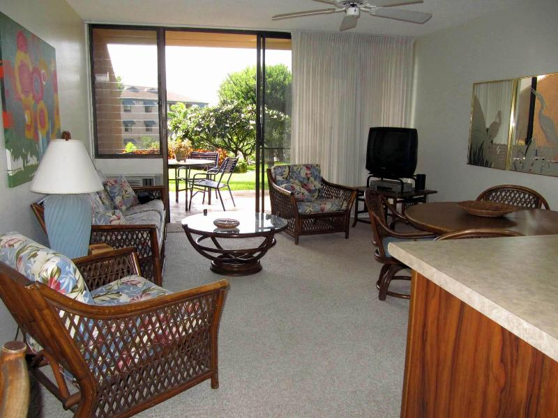 Open floor plan joins living & dining area to outdoor lanai - Maui Vista Poolside Condo - Kam I Beach across str - Kihei - rentals