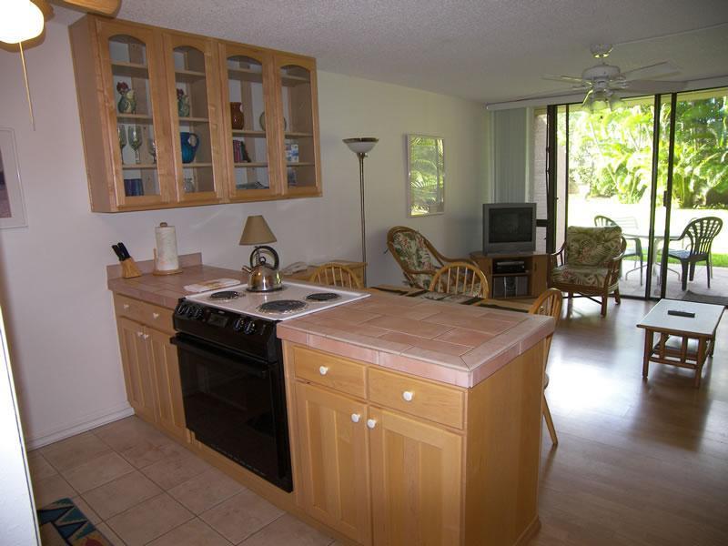 Open living & dining area lead to outdoor lanai - Maui Vista Garden Condo (sleep 4, beach, pools) - Kihei - rentals