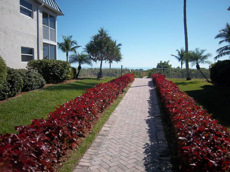 path to beach - EAST END-SANIBEL ARMS WEST 1ST FL CONDO-LOCATION! - Sanibel Island - rentals