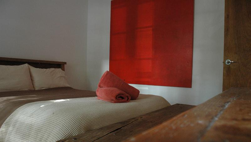 Red Rooms - Huge artworks throughout add that touch of luxury. - Bondi Beach Eco Garden Apartments - Sydney - rentals
