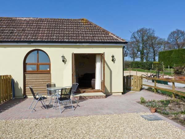 2 THE STABLES, pet friendly, country holiday cottage, with a garden in Ryde, Isle Of Wight, Ref 12934 - Image 1 - Ryde - rentals