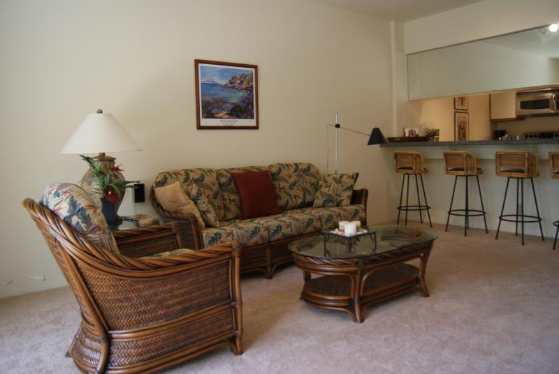Living Room with stools at oversized eating bar - Beautiful 1 bedroom in Wailea- Aug dates available - Wailea - rentals