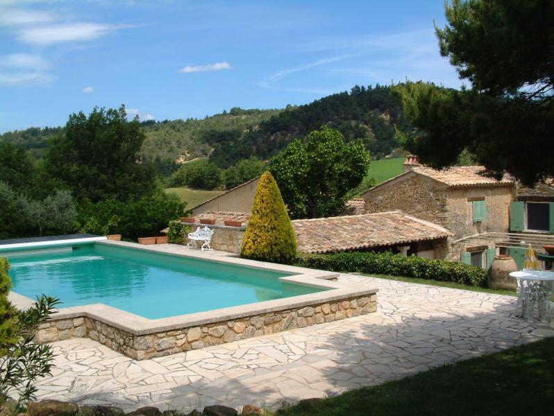 Pool, house and view north - Le Jas des Cannebieres 7 Bedroom House, Pet-Friendly, with a Pool and Fireplace - Alpes de Haute-Provence - rentals