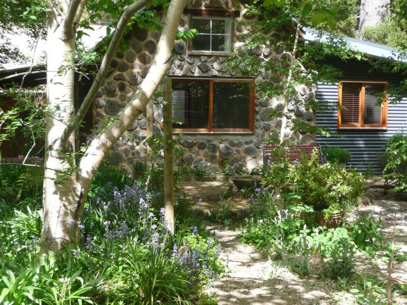 Garden Cottage - your entrance path - Garden Cottage, Stanley near Beechworth Victoria - Beechworth - rentals