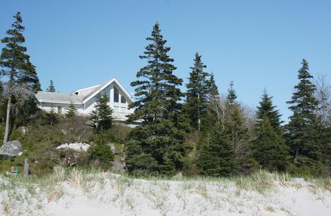 Perched on at the top of a rock outcrop, Harbour Breeze Cottage enjoys a panoramic view of the beach and the bay. - Harbour Breeze Cottage in Port Joli, Nova Scotia - Port Joli - rentals