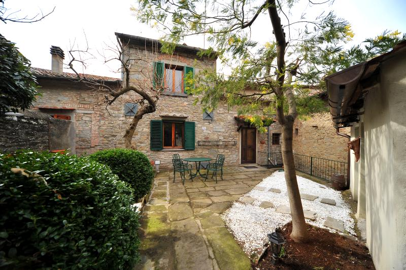 Charming Farmhouse with a Private Courtyard in Cortona - Casa Lina - Image 1 - Cortona - rentals