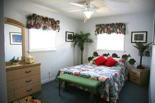 """Master-Queen Bedroom - """"Dog-gone"""" friendly beach block cottage - Wildwood - rentals"""