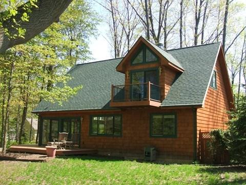 The Guest House - The Guest House is a pet friendly vacation home in South Haven that has big windows, plenty of space and plenty of trees. Weekly stays begin on Saturdays. - South Haven - rentals