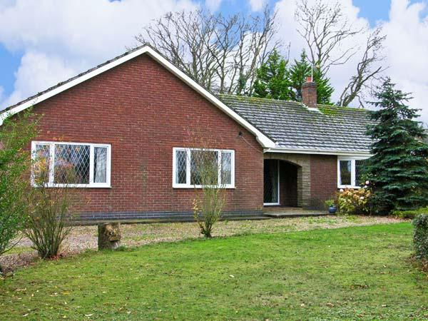 LITTLE ACRE, pet friendly, country holiday cottage, with a garden in Langtoft, Ref 11628 - Image 1 - Langtoft - rentals