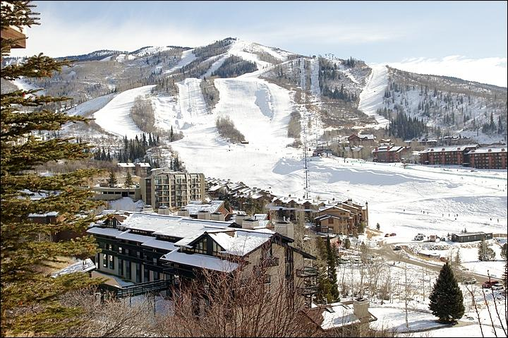 There are only 100 yards between the building, lower middle, and the slopes! - Recently Remodeled & Refurnished - Slopes, Dining, & Shopping Right Outside (4553) - Steamboat Springs - rentals