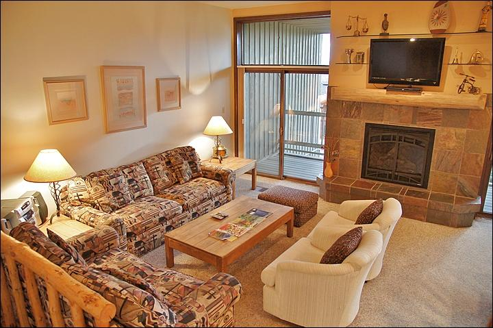 High Ceilings, Very Comfy Queen Pull Out Couch, New Fireplace, & HDTV, DVD, & Stereo. - Nicely Updated, Good Amenities, Low Rates - Convenient Location - 200 Yards to Ski Slopes (3837) - Steamboat Springs - rentals