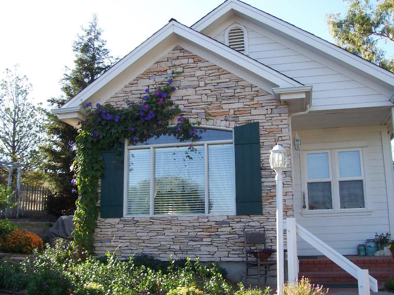 Front of cottage in summer - Dove Haven Cottage - Paso Robles - rentals