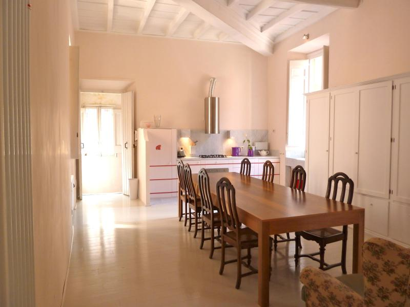 dining room, kitchen, entrance door - GrandOrsetto 3be3ba bright quiet 150m Pza Navona - Rome - rentals