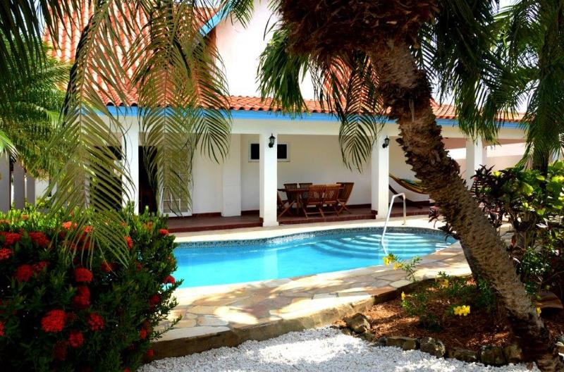 Rear garden, pool and back veranda - Villa - exceptional garden with pool, near beaches - Palm/Eagle Beach - rentals