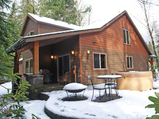 Patio outback with hot tub - Mt Hood Basecamp, 2 Master Suites+,30 day stay - Welches - rentals