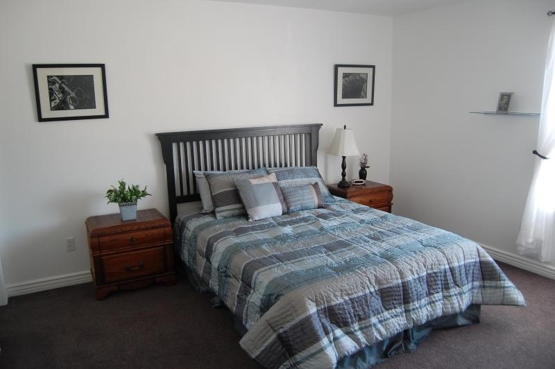 Large upstairs bedroom (roll away bed available) - 163 Take in a play after hiking in Zion. - Cedar City - rentals
