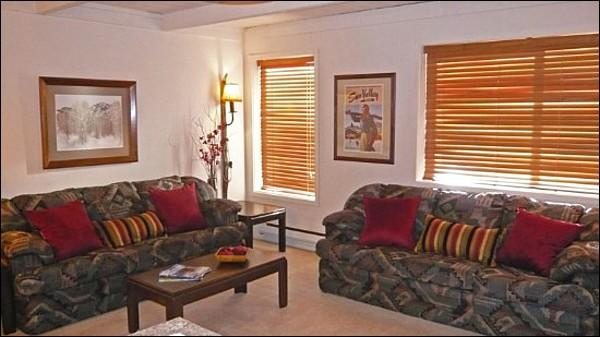 Living Room with Two Sofas - Charming Condo Recently Remodeled - Very Close to Sun Valley Village (1002) - Sun Valley - rentals