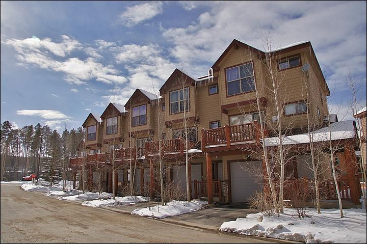 Exterior View of this townhome, conveniently located next to Hideaway Park - Close to Sledding and a Skate Park - Kid- and Family-Friendly (23107) - Winter Park - rentals