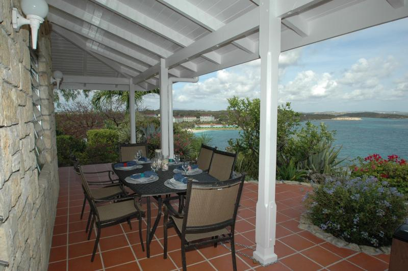 Dine off the back Veranda with spectacular ocean views - Ocean Villa w Cottage sleep 8, 2 min walk to beach - Long Bay - rentals