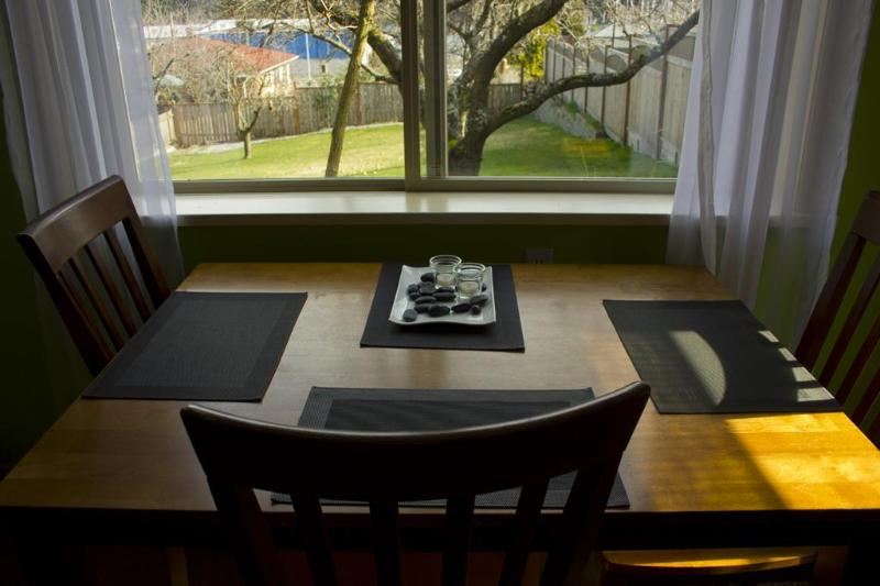 Enjoy the view from while you sip your coffee - Bright Studio by the Ocean - Nanaimo - rentals