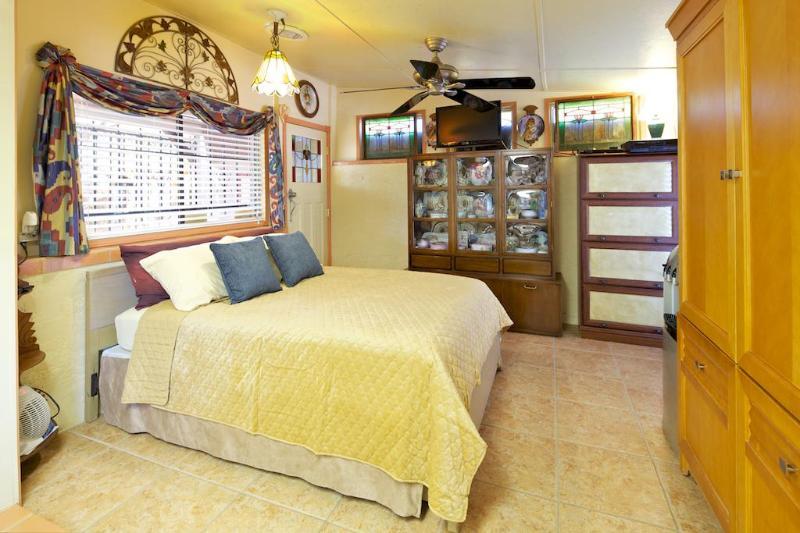 Queen Size Bed  with hand painted porcelains. - Scottsdale  Secret Garden Art Villa Near Shea Blvd - Scottsdale - rentals