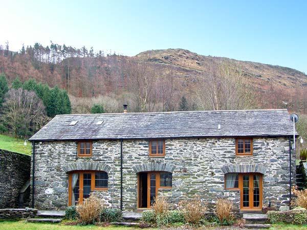 HENDRE HOUSE BARN, multi-fuel stove, en-suite, mountain views in Abergynolwyn, Ref 10446 - Image 1 - Abergynolwyn - rentals