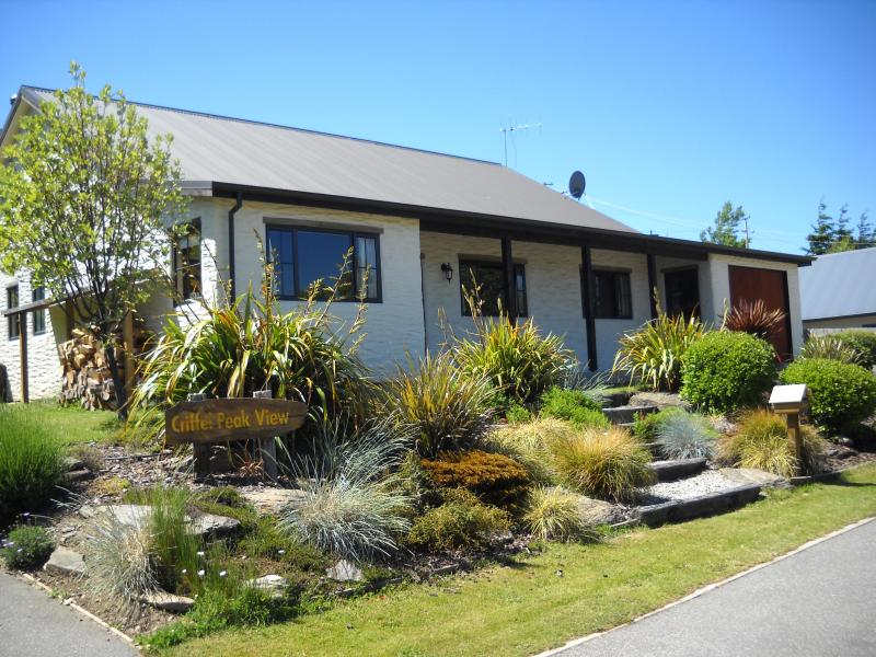 Outside of cottage - Criffel Peak View 3 bedroom cosy cottage - Wanaka - rentals